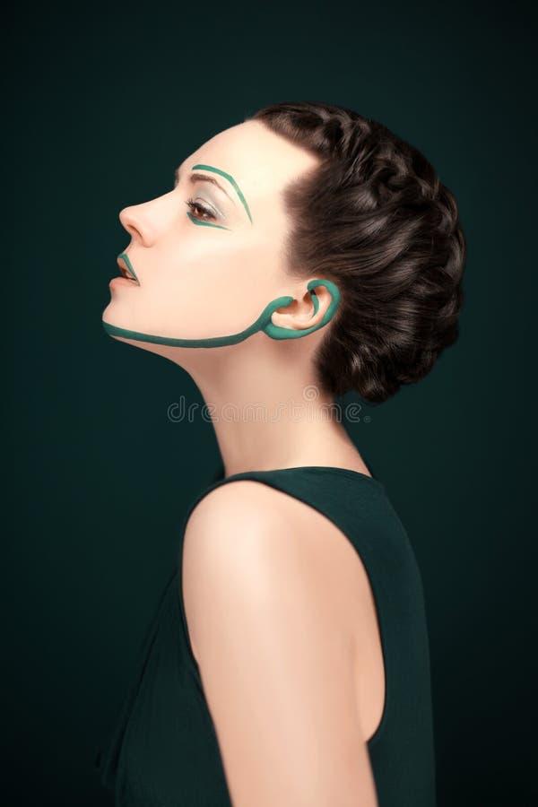 A mulher moderna nova com vanguarda verde compõe e penteado bonito foto de stock royalty free