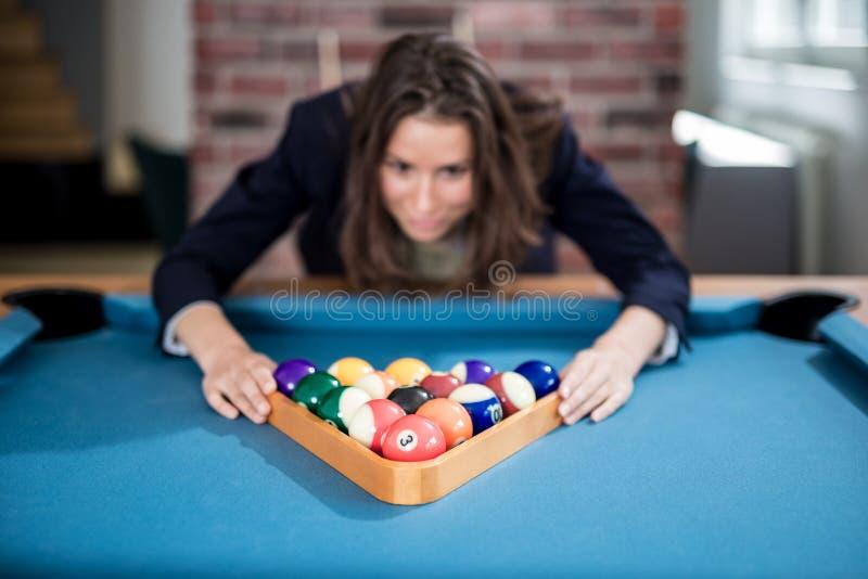 Mulher moderna nova que prepara bolas de associa??o para o jogo seguinte da sinuca imagens de stock royalty free