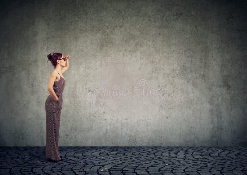 Mulher moderna que olha longe fotos de stock