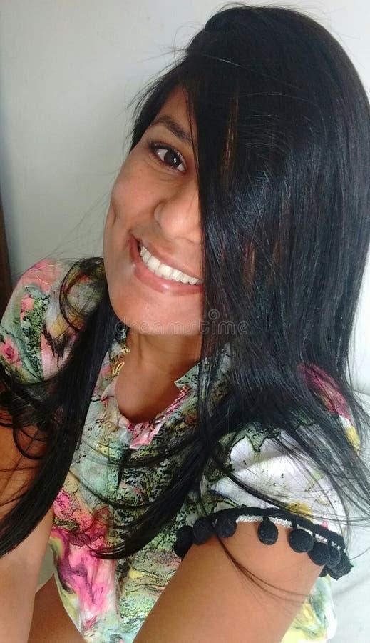 mulher Morena-descascada com o cabelo fraco, efervescente que toma a imagem com um sorriso bonito imagens de stock