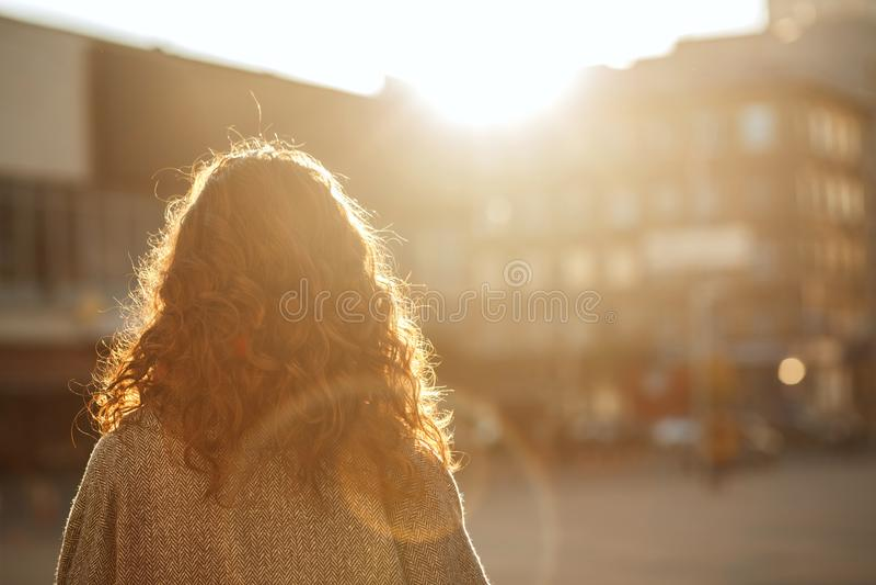 Mulher moreno à moda com o cabelo luxúria que está na avenida e que olha para a frente Espaço para o texto foto de stock royalty free