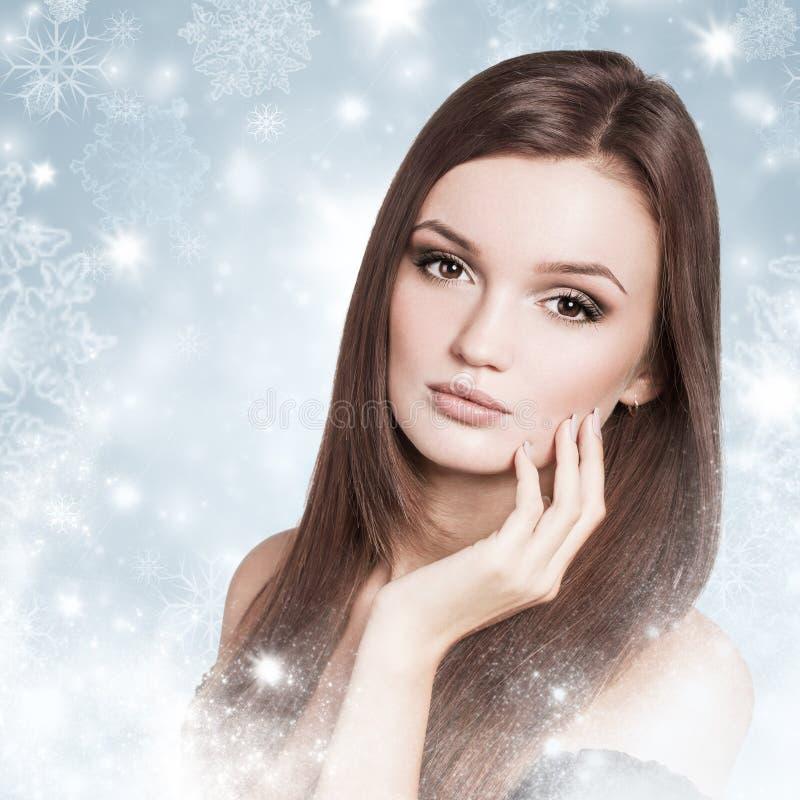 Mulher moreno atrativa nova em uma neve foto de stock royalty free