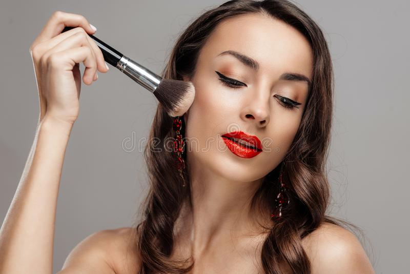 Mulher moreno bonita com batom vermelho nos bordos Menina do close-up com composição bonita fotos de stock