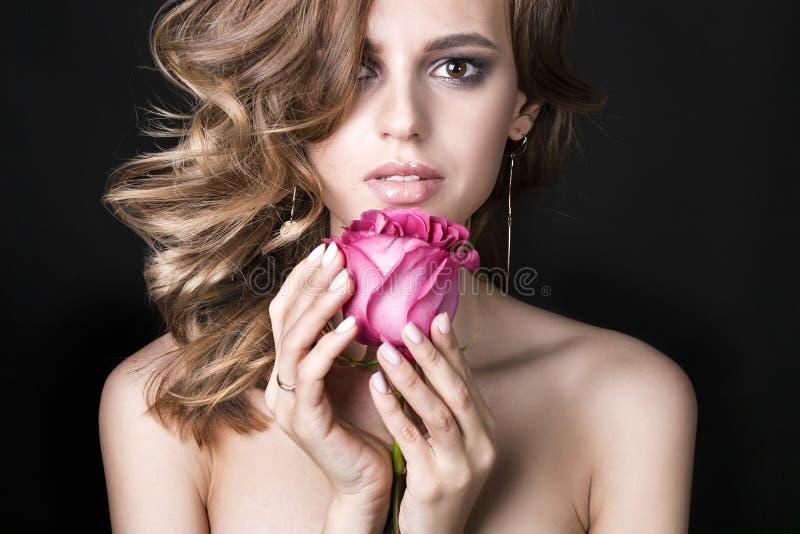Mulher moreno bonita com batom vermelho nos bordos Menina do close-up com composição bonita A mulher com cabelo escuro está levan fotos de stock royalty free