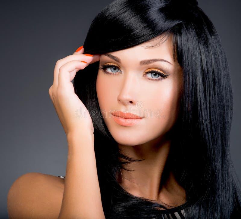 Mulher moreno bonita com cabelo reto preto longo fotografia de stock royalty free