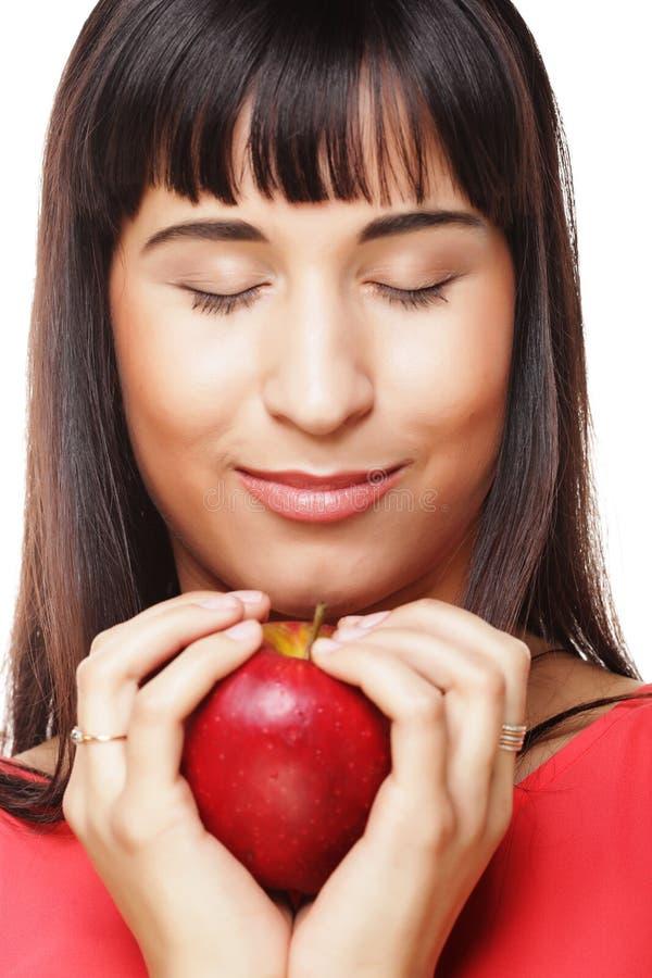 Mulher moreno bonita com a maçã vermelha nas mãos imagens de stock royalty free