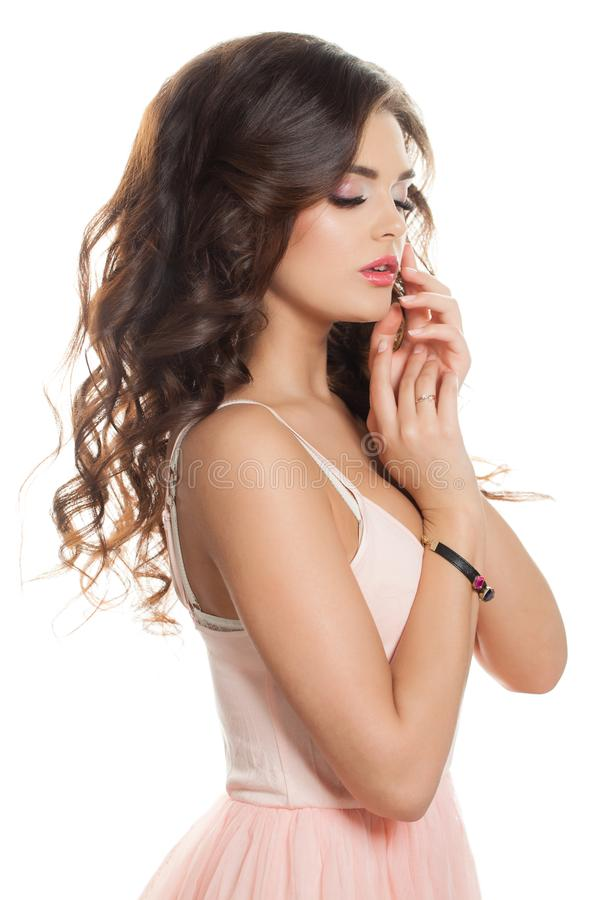 Mulher moreno bonita com o cabelo encaracolado isolado fotos de stock royalty free