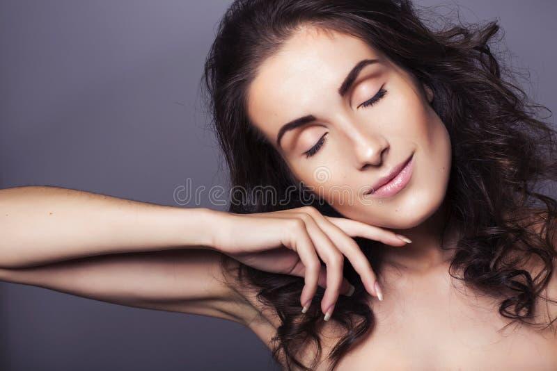 Mulher moreno bonita com pele fresca clara e cabelo encaracolado sobre fotografia de stock royalty free