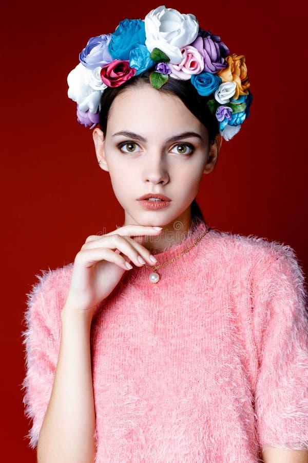 Mulher moreno bonita com uma grinalda das flores em sua cabeça fotos de stock