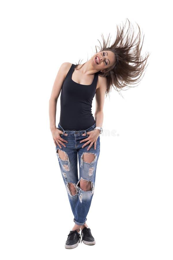 Mulher moreno bonita de riso despreocupada que lanç o cabelo longo que tem o divertimento imagem de stock royalty free