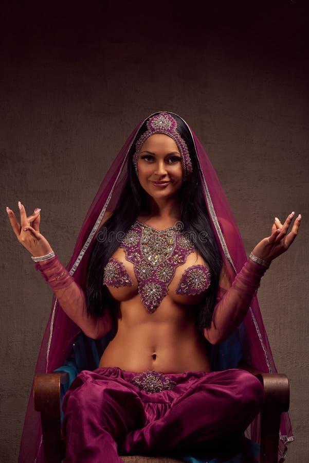 Mulher moreno bonita em calças, no purdah e na ornamentação afghani imagens de stock