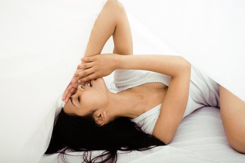 Mulher moreno bonita na cama, sono chanfrado imagem de stock royalty free