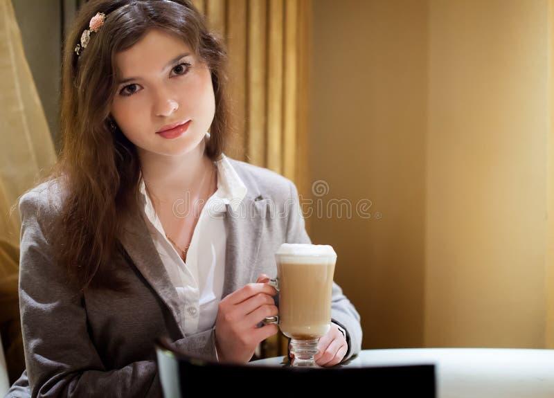 Mulher moreno bonita no café bebendo do restaurante imagens de stock royalty free