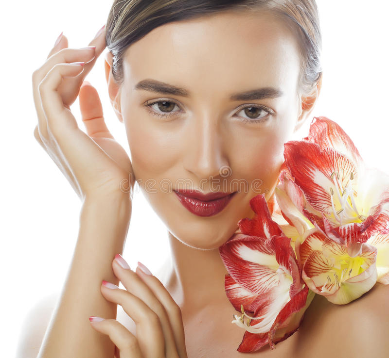 Download Mulher Moreno Bonita Nova Com Fim Vermelho Da Amarílis Da Flor Isolada Acima No Fundo Branco Composição Extravagante Da Forma Imagem de Stock - Imagem de fundo, atrativo: 65577729