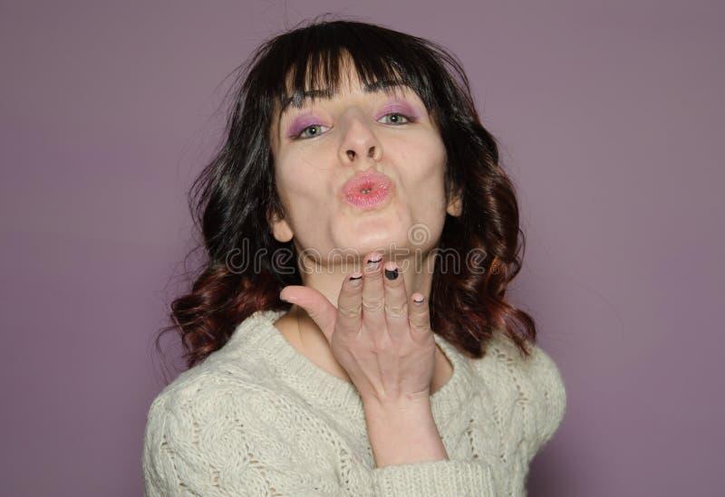Mulher moreno bonita que funde um beijo imagem de stock royalty free