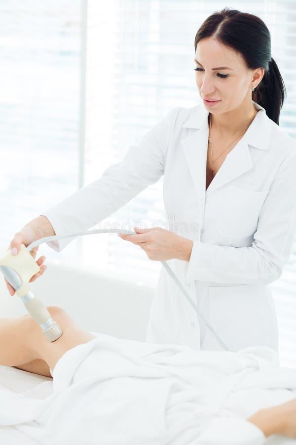Mulher moreno bonita que obtém a massagem do LPG para o corpo de levantamento no terno do LPG imagens de stock