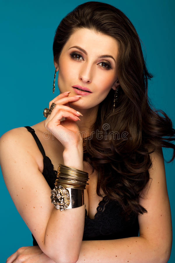 Mulher moreno bonita sensual no fundo azul imagem de stock royalty free