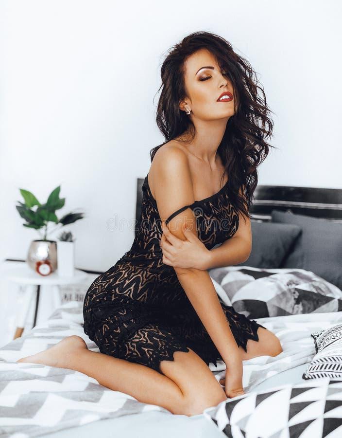 Mulher moreno bonita 'sexy' no preto imagem de stock