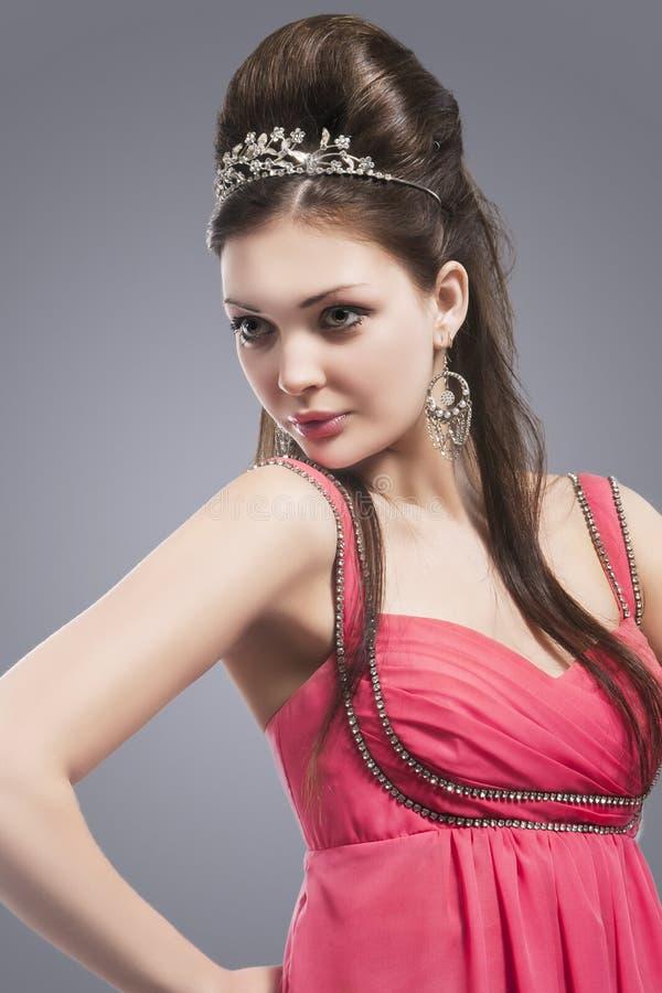 Mulher moreno caucasiano com a tiara em sua cabeça Mulher em E cor-de-rosa foto de stock royalty free