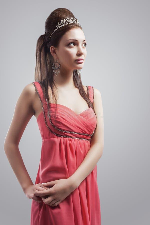 Mulher moreno caucasiano sensual com Tiara Wearing Peachy Pink fotos de stock