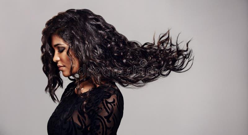 Mulher moreno com cabelo longo do voo fotografia de stock