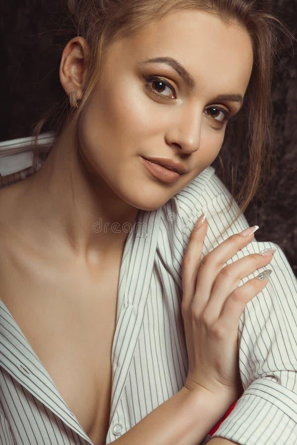 Mulher moreno com composição natural em camisa listrada imagem de stock royalty free