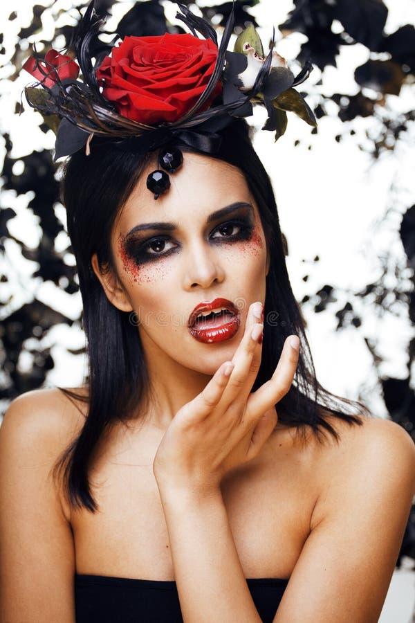 A mulher moreno com joia cor-de-rosa, pretos bonitos e vermelho, brilhante compõem como os bordos vermelhos de um close up do vam imagens de stock royalty free
