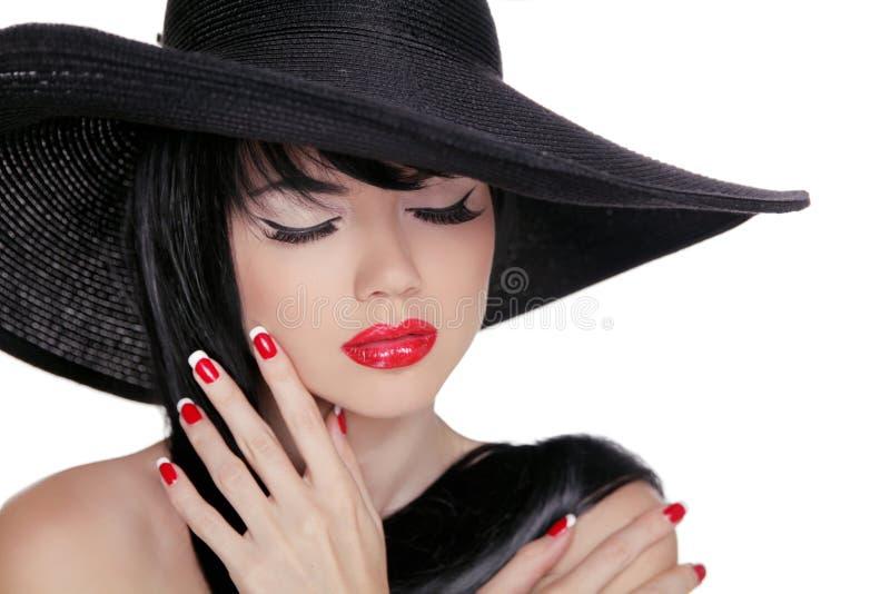 Mulher moreno da beleza com composição brilhante do encanto e manicur vermelho imagem de stock