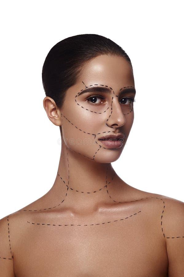 Mulher moreno da beleza com linhas na cara e no corpo imagens de stock royalty free