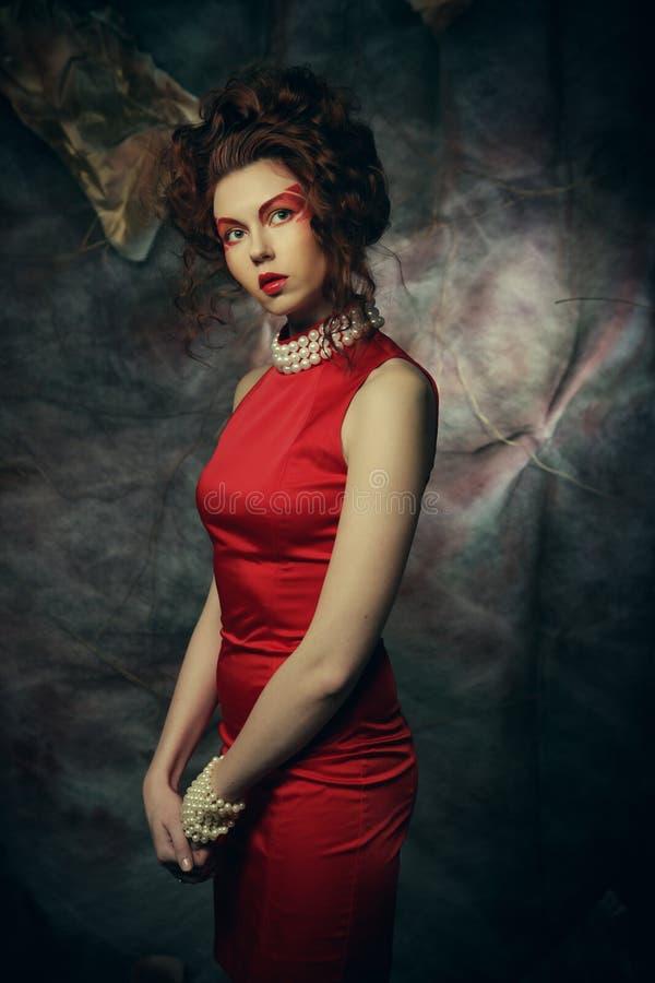 Mulher moreno da beleza nova 'sexy' no vestido vermelho imagem de stock royalty free