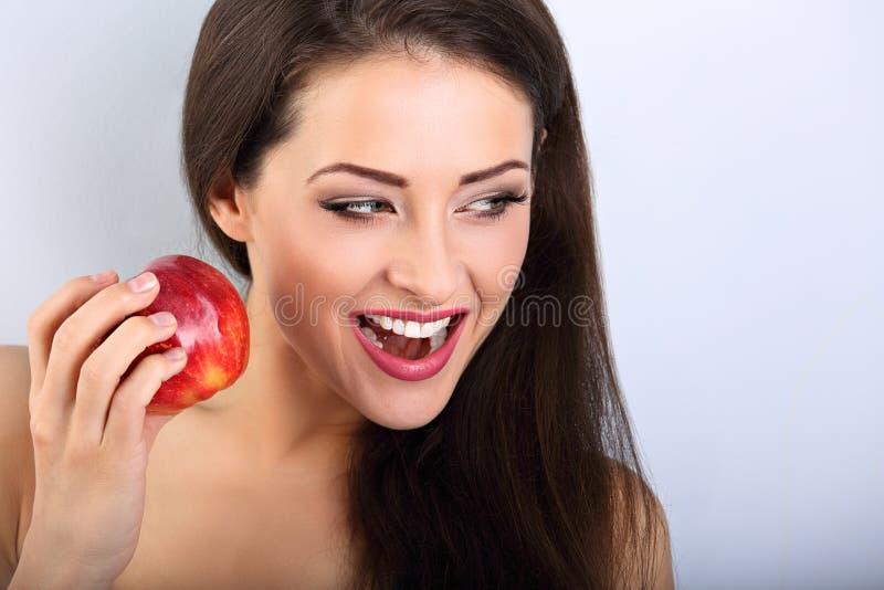 Mulher moreno da composição entusiasmado bonita que guarda a maçã saboroso vermelha imagens de stock royalty free
