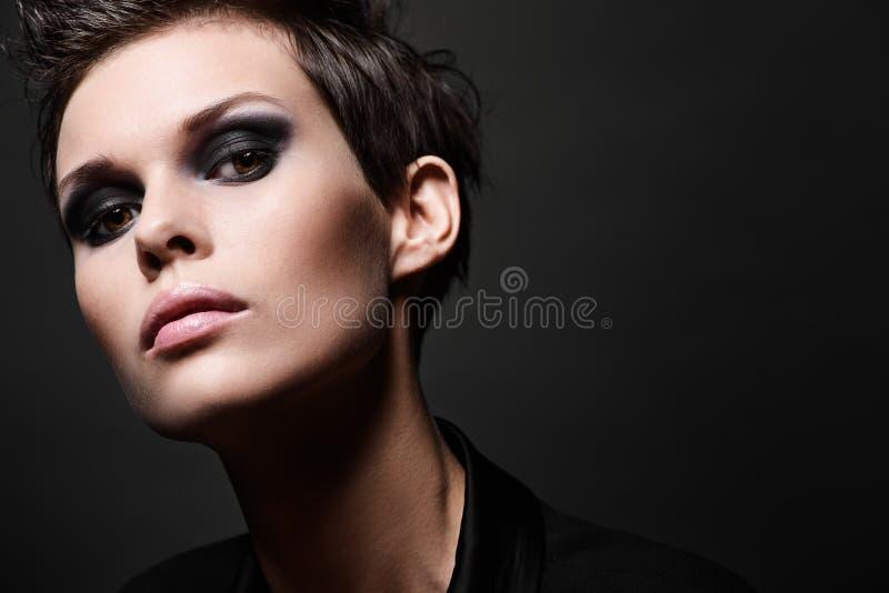 Mulher moreno da forma com corte do cabelo curto fotografia de stock royalty free