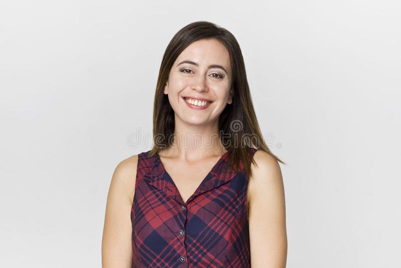 Mulher moreno de sorriso surpreendente e alegre no tiro bonito do estúdio do vestido fotos de stock royalty free