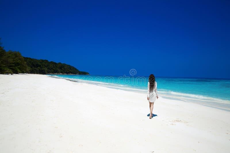 Mulher moreno feliz despreocupada que anda na praia tropical, exótica foto de stock