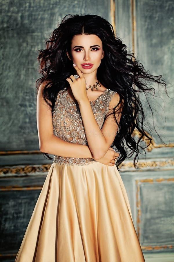 Mulher moreno glamoroso com cabelo encaracolado e composição fotos de stock royalty free