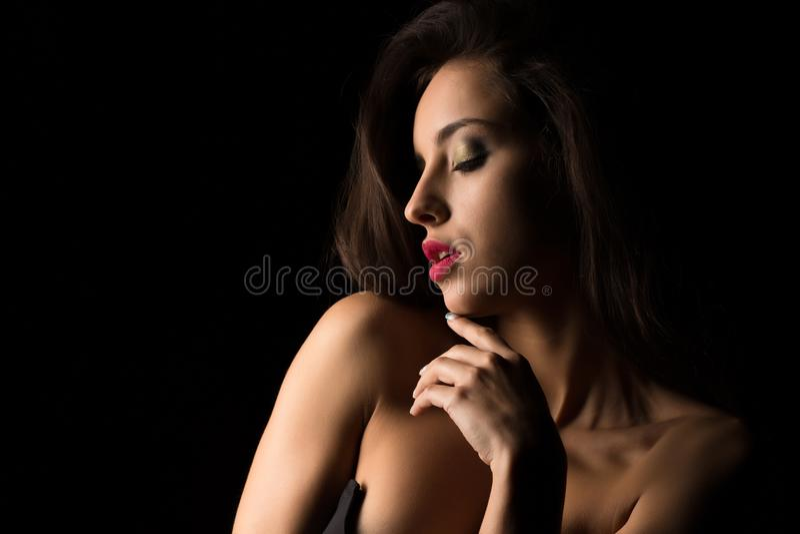 Mulher moreno glamoroso com composição brilhante com ombros despidos imagem de stock