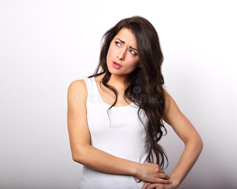 Mulher moreno infeliz da confusão que pensa e que risca o hea fotos de stock royalty free