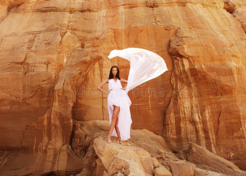Mulher moreno no vestido branco foto de stock royalty free