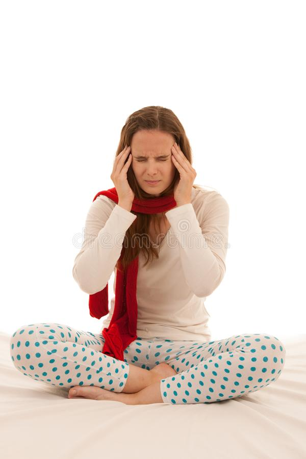 A mulher moreno nova bonita guarda sua cabeça porque tem a dor de cabeça - doença imagens de stock