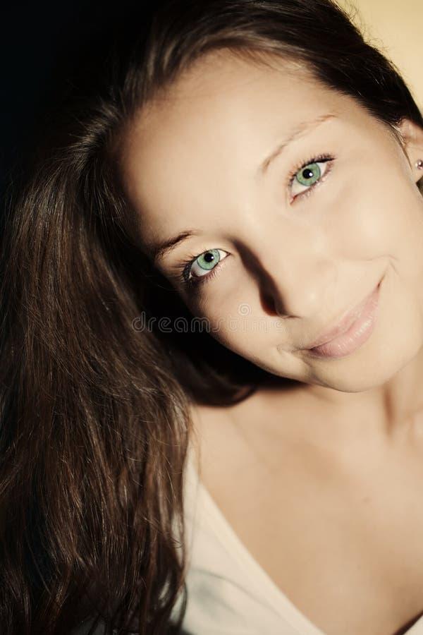 Mulher moreno nova com olhos verdes foto de stock royalty free