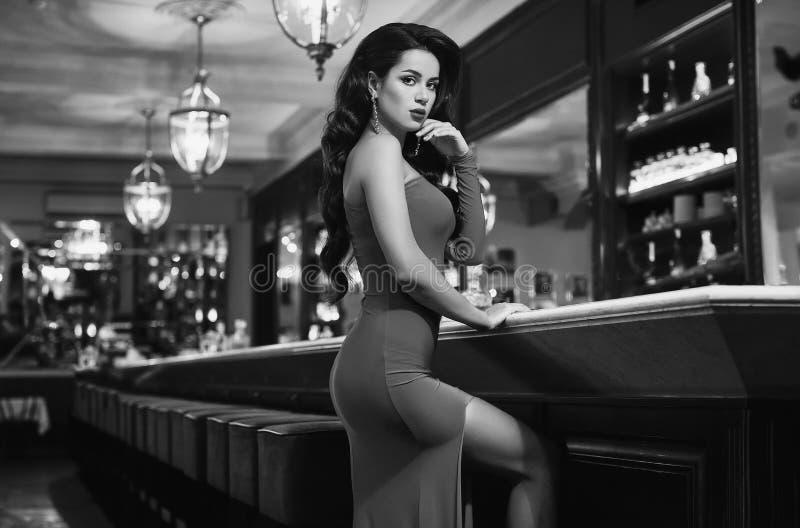 Mulher moreno nova da beleza lindo no vestido vermelho imagens de stock