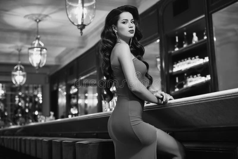Mulher moreno nova da beleza lindo no vestido vermelho fotografia de stock royalty free
