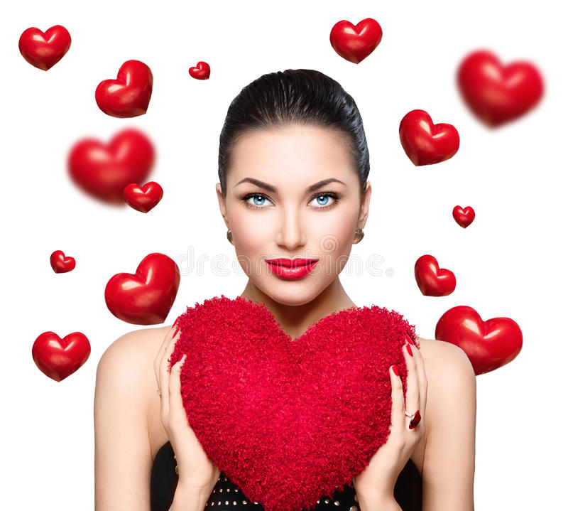 A mulher moreno nova lindo com coração deu forma ao descanso vermelho Dia de Valentine imagem de stock royalty free