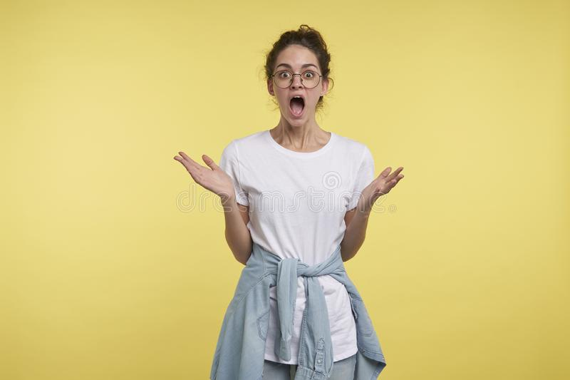 A mulher moreno nova obteve chocada do disconto hollyday grande fotos de stock