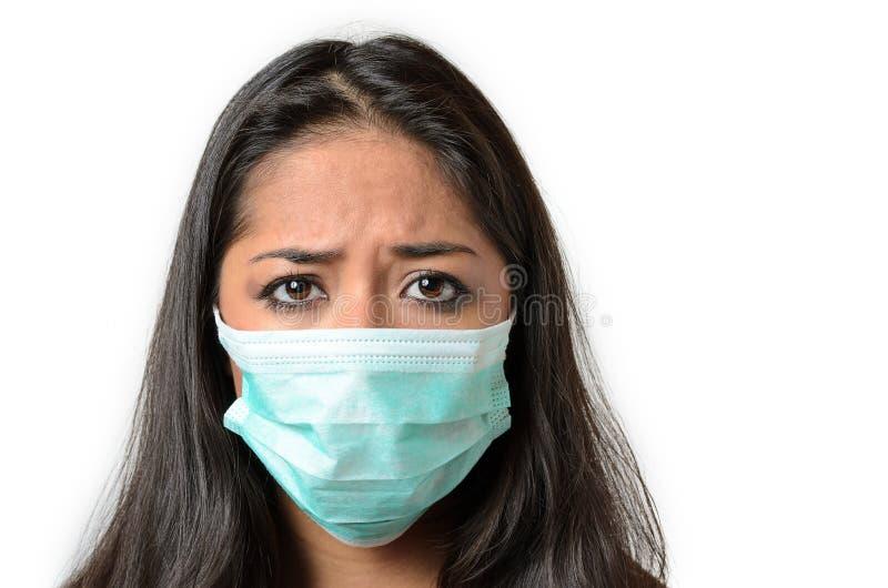 Mulher moreno nova que veste uma máscara protetora imagens de stock