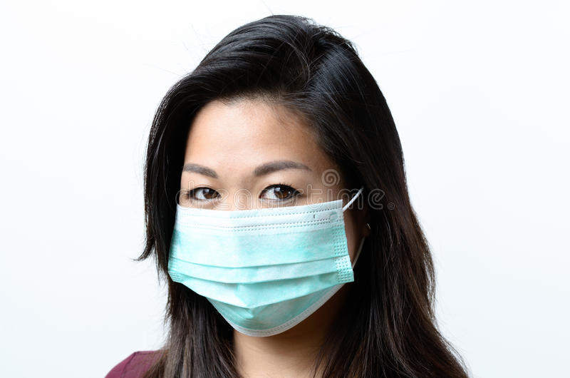 Mulher moreno nova que veste uma máscara protetora fotografia de stock royalty free