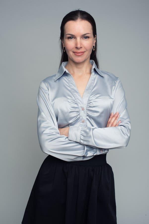 Mulher moreno nova segura elegantemente vestida fotos de stock