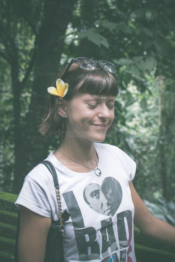 Mulher moreno nova 'sexy' da beleza em uma floresta úmida da ilha de Bali, Indonésia imagem de stock royalty free