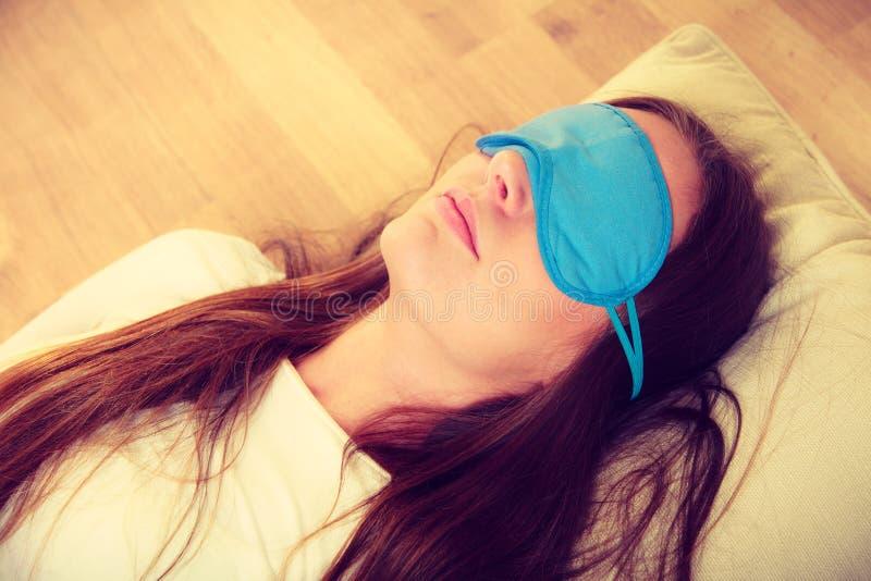 Mulher moreno que dorme na máscara do sono dos olhos azuis fotos de stock royalty free