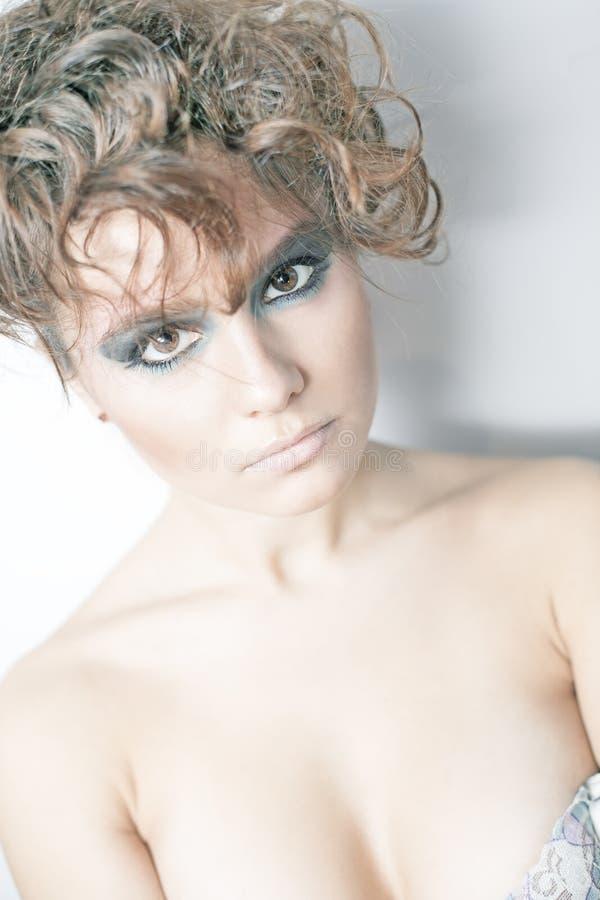 Mulher moreno sensual com cabelo de seda encaracolado brilhante imagens de stock